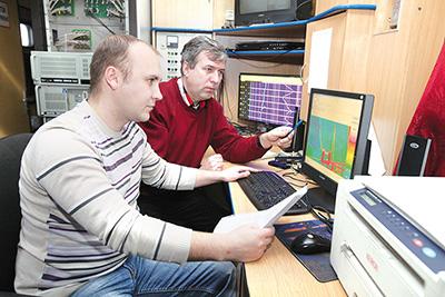 Специалисты вагона-лаборатории контактной сети Александр Крапивницкий и Сергей Петровский анализируют показания бесконтактных средств диагностики