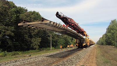 Укладка 25-метрового звена железобетонной рельсошпальной решетки