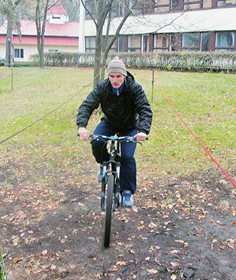 Слесарь-электрик Брестского вагонного участка Дмитрий Коренкович на этапе фигурного вождения велосипеда
