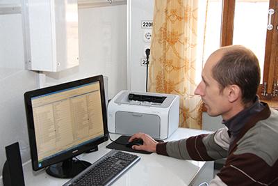За работой - начальник отдела автоматизированной системы контроля вагона-лаборатории телемеханики, автоматики и связи Андрей Хилькевич