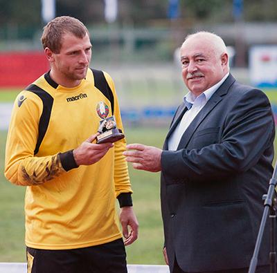 Президент федерации футбола Сочи Геннадий Марусидзе вручает награду голкиперу белорусской команды Андрею Силивончику