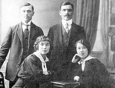 Григорий Пепик с сестрой Ксенией (в нижнем ряду справа) и ее мужем Константином Рогачевским