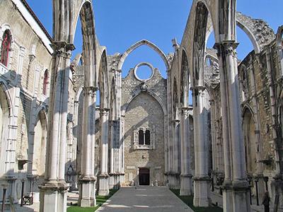 Руины женского монастыря Кармо, уничтоженного лиссабонским землетрясением