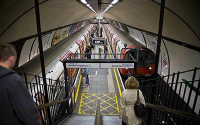Clapham_Common_Tube_Station_Platforms_-_Oct_2007