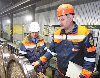 Мастер участка Сергей Медведев и бригадир Владимир Юркив проверяют колесные пары после обточки