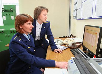 Оператор СТЦ Инна Савко и дежурный по станции Татьяна Лукша