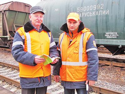 Начальник ПТО на станции Калий-3 Виктор Сидоренко и мастер Игорь Демидович обсуждают план ремонта вагонов в текущую смену