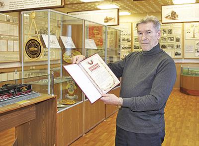 Сергей Иосифович в комнате боевой и трудовой славы локомотивного депо Жлобин