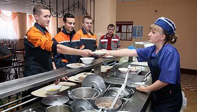 Повар Надежда Желманкина желает приятного аппетита посетителям