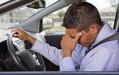 Простывшему пешеходу можно только посочувствовать, но простывшего водителя стоит предостеречь: за руль в таком состоянии садиться нельзя. Даже такие простые симптомы, как головная боль, заложенность носа, чихание, ослабляют зрительное восприятие, снижают концентрацию внимания и скорость психомоторной реакции. Все это при резкой остановке может привести к увеличению тормозного пути на несколько метров. Боли в животе, головокружение, спазмы мышц могут негативно отразиться на качестве управления автомобилем, способности адекватно реагировать на дорожную ситуацию. Статистика свидетельствует, что немало дорожно-транспортных происшествий так или иначе связано с недомоганием водителя.