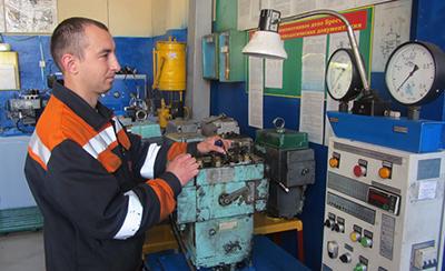 Слесарь по ремонту топливной аппаратуры Олег Кивачук выполняет обкатку регулятора дизеля 5Д49 тепловоза М62 на стенде