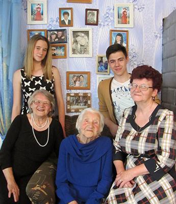Анна Сарбай с дочерьми Лией, Тамарой и правнучками Ксенией и Вадимом