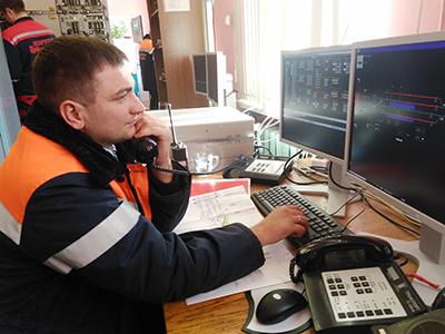 Заместитель начальника дистанции сигнализации и связи Виктор Буртын проверяет работу МПЦ