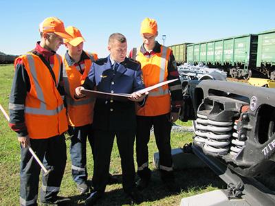 Мастер вагонного депо Владимир Грек проводит беседу с молодыми специалистами