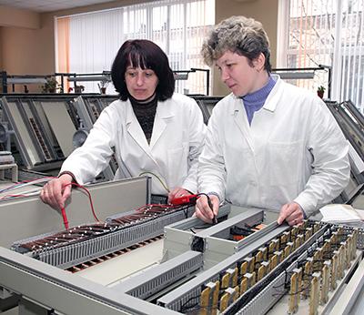 Монтажницы Галина Гоглева и Ирина Прокопчук на участке по сборке новой аппаратуры МПЦ