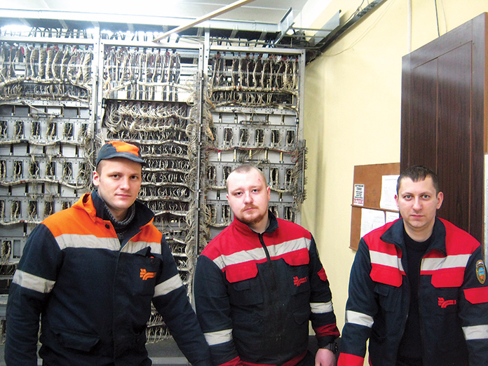 Электромеханик Павел Дмитрук, электромонтер Игорь Бельчук и старший электромеханик Сергей Кулрук