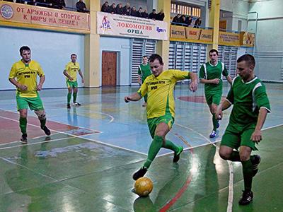 Турнир по мини-футболу: игра представителей локомотивного депо и дистанции