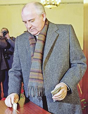 """Президент СССР Михаил Горбачев голосует на референдуме """"за сохранение СССР в обновленном виде"""""""