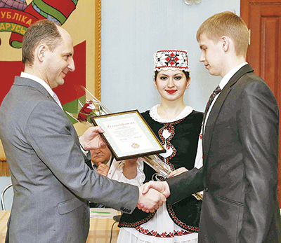 Благодарность Андрею Остапюку из Витебска вручает заместитель министра и туризма Беларуси Александр Дубковский