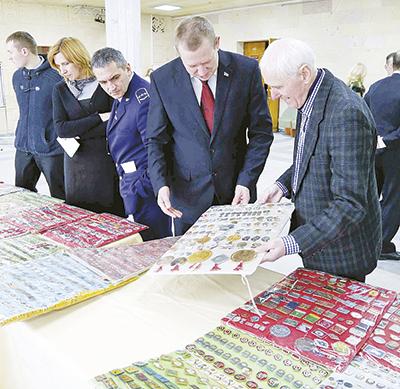 Коллекция значков спортсменов СССР и железнодорожников, которую представил заслуженный тренер республики Эрнст Еременко (справа)