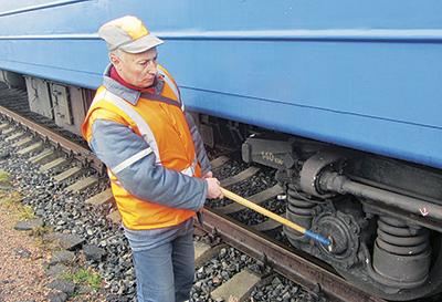 Работу узлов вагонов проверяет осмотрщик-ремонтник Сергей Курленя