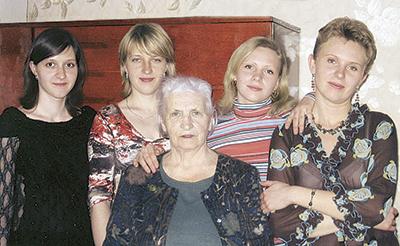 Мария Гамульская с внучками Наталией, Ириной, Еленой и Екатериной