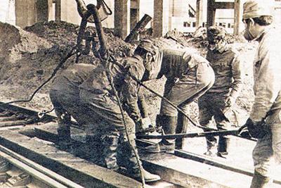 Укладка стрелочного перевода военнослужащими 71-го отдельного путевого железнодорожного батальона (ОПЖДБ) в районе 4-го энергоблока