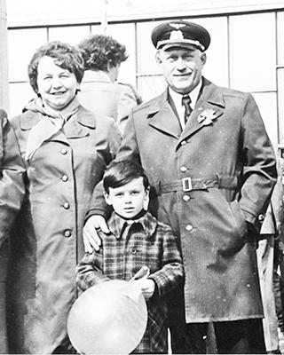 Павел Иванович Харитончик с супругой Зинаидой Афанасьевной и внуком на Первомайской демонстрации. Конец 1970-х годов