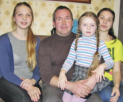 Папа Алексей в окружении свои девчонок