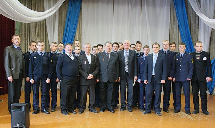 Ветераны локомотивного депо Минск с педагогами и учащимися колледжа на сцене актового зала