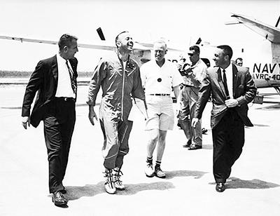 Алан Шепард в окружении коллег после возвращения на космодром