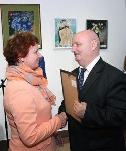 Аляксандр Мікша ўрачае сертыфікат Людміле Каліноўскай