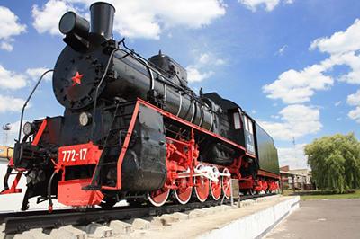 Паровоз серии Эр, установленный на Привокзальной площади в Калинковчах