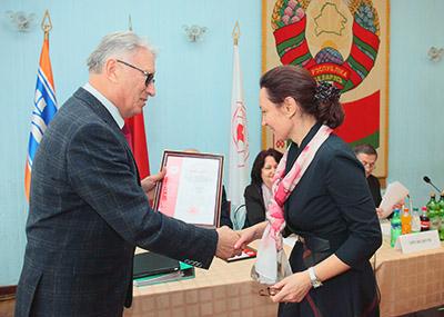 Грамоту за добросовестный труд Елене Щетининой вручает председатель Белорусского Общества Красного Креста Виктор Колобанов