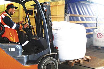 Перегрузка гидравлического цемента из грузового автомобиля