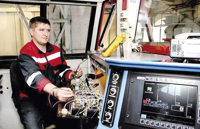 Электромеханик участка КИПиА Александр Васько проверяет работу электрооборудования локомотива