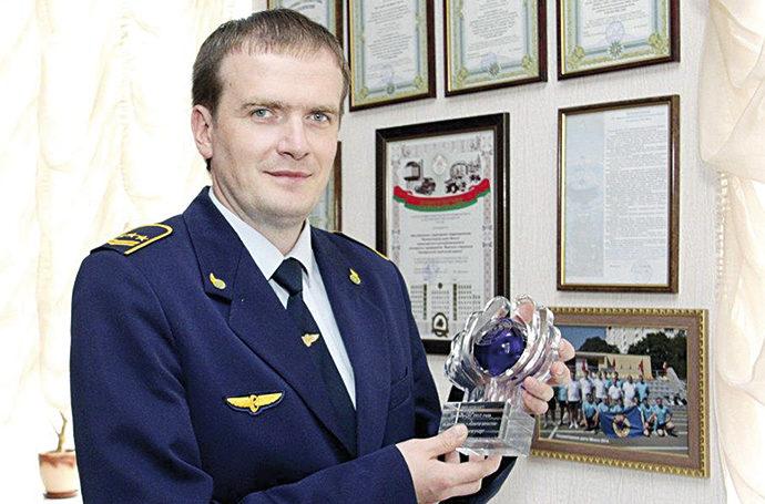 Начальник локомотивного депо Минск Сергей Котовский демонстрирует награду