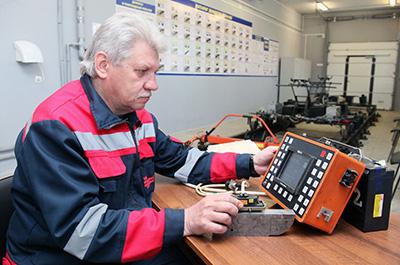 Наладчик участка дефектоскопии Иван Василенко настраивает оборудование