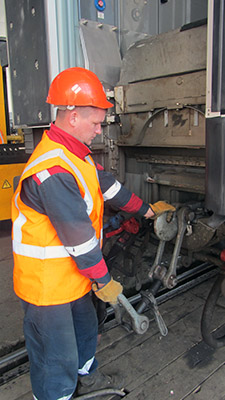 Слесарь по ремонту подвижного состава Александр Прохоров заменяет винтовую упряжь на автосцепное устройство