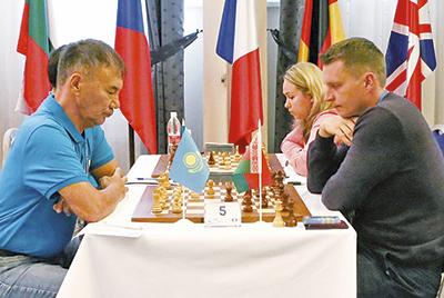 В поединке с игроком из Казахстана белорус Дмитрий Свентицкий (справа)