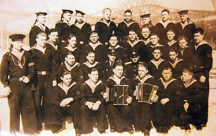 """Вместе с товарищами. Бухта """"Стрелок"""", Приморье. 1955 г."""