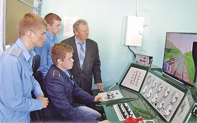 Николай Моторин проводит занятия на тренажере с учащимися коледжа
