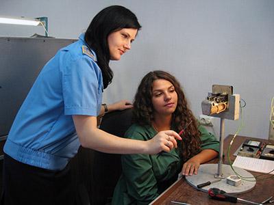 Старший электромеханик Елена Каминская контролирует работу молодого специалиста Кристины Мезит