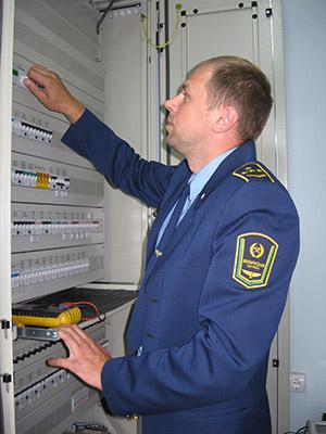 Начальник участка Заольша - Витебск - Езерище Сергей Куколкин измеряет напряжение полюсов питания устройств на станции Придвинская