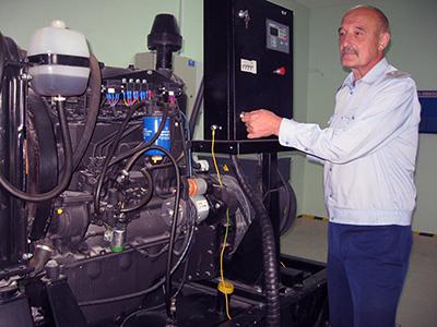 Заместитель начальника Николай Кононенко демонстрирует новую генераторную установку белорусского производства на станции Придвинская