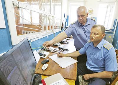 Заместитель начальника команды по организации службы Сергей Чумаков и стрелок Александр Сирош
