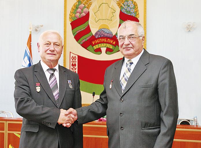 Одним из первых нового председателя Организации ветеранов магистрали Сергея Гоголева поздравил предшественник Яков Лавринович (на фото - справа)