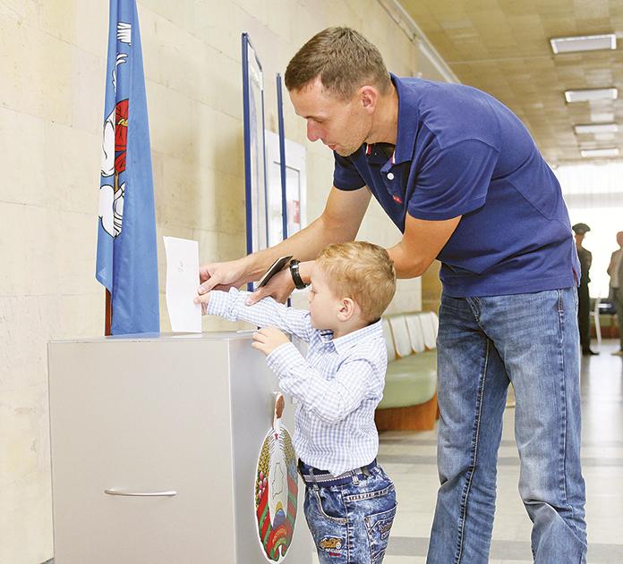 Железнодорожник Иван Коробков пришел на избирательный участок вместе с сыном Тимофеем