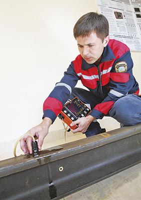 Оператор дефектоскопной тележки Николай Шимко проверяет работоспособность аппарата для вторичного контроля РДМ-33 в контрольном тупике