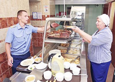 Приятного аппетита желает клиентам повар Галина Акимова